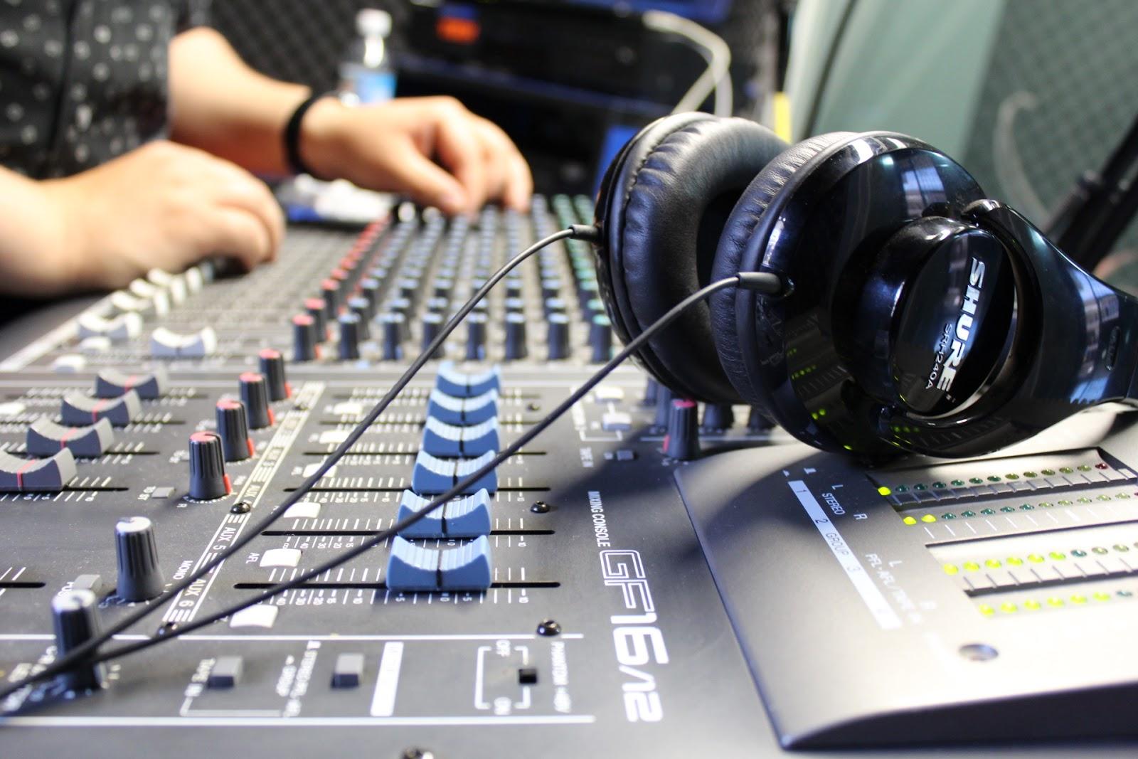 Elementos básicos de la radio, producción de programas en vivo y edición de audio.